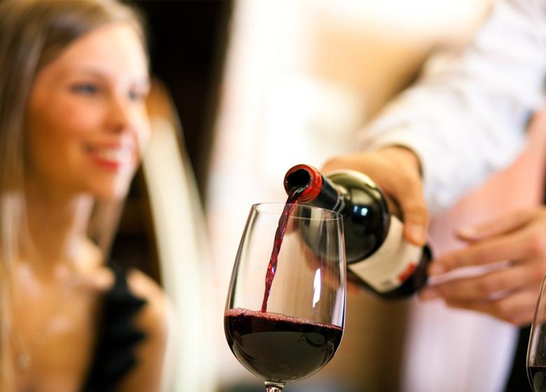 Cách rót rượu vang đúng cách cũng là cả một nghệ thuật